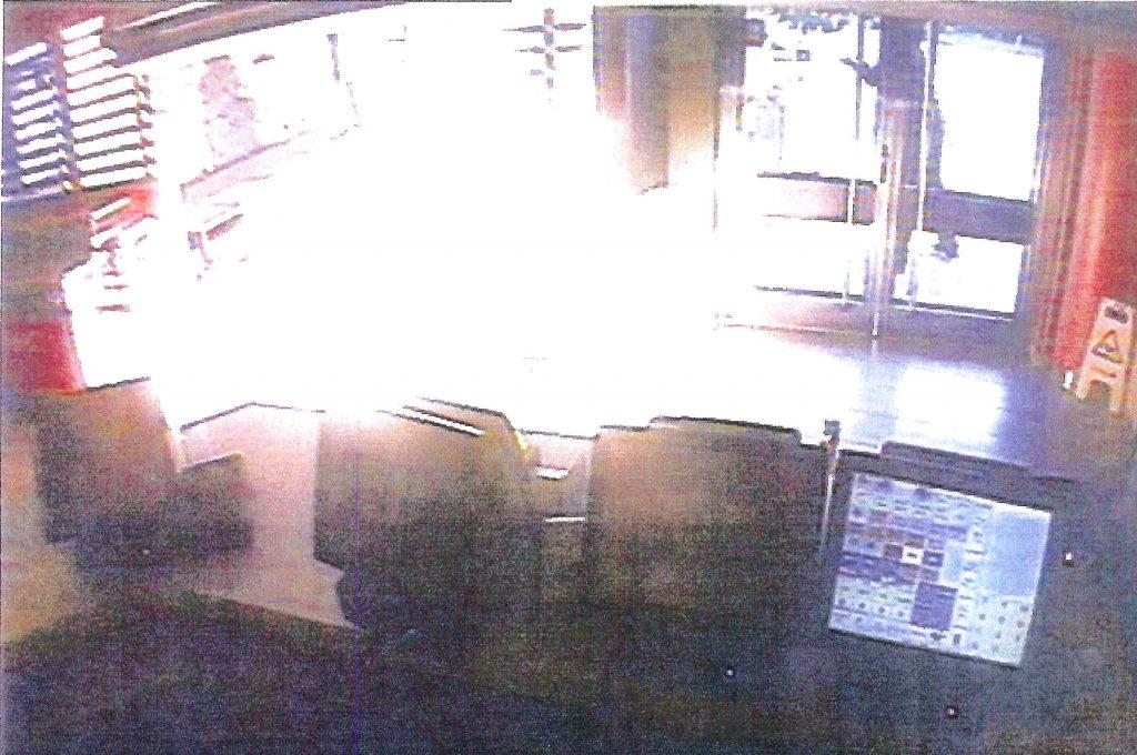 Övervakningskameran på McDonald´s fångade Viktor utanför entrén när det började brinna. Foto: Polisen